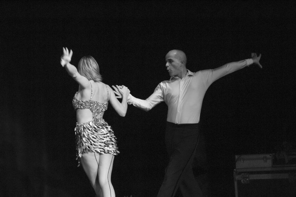 Cours de salsa à domicile en gironde, Bordeaux. Danses de salon à domicile Pessac, danses latines à domicile Bordeaux, danses à domicile Talence, danse de couple mariage, danse de couple bruges, danse animation, ouvrture de bal mariage, première danse mariage. Danse animation et événementiel.