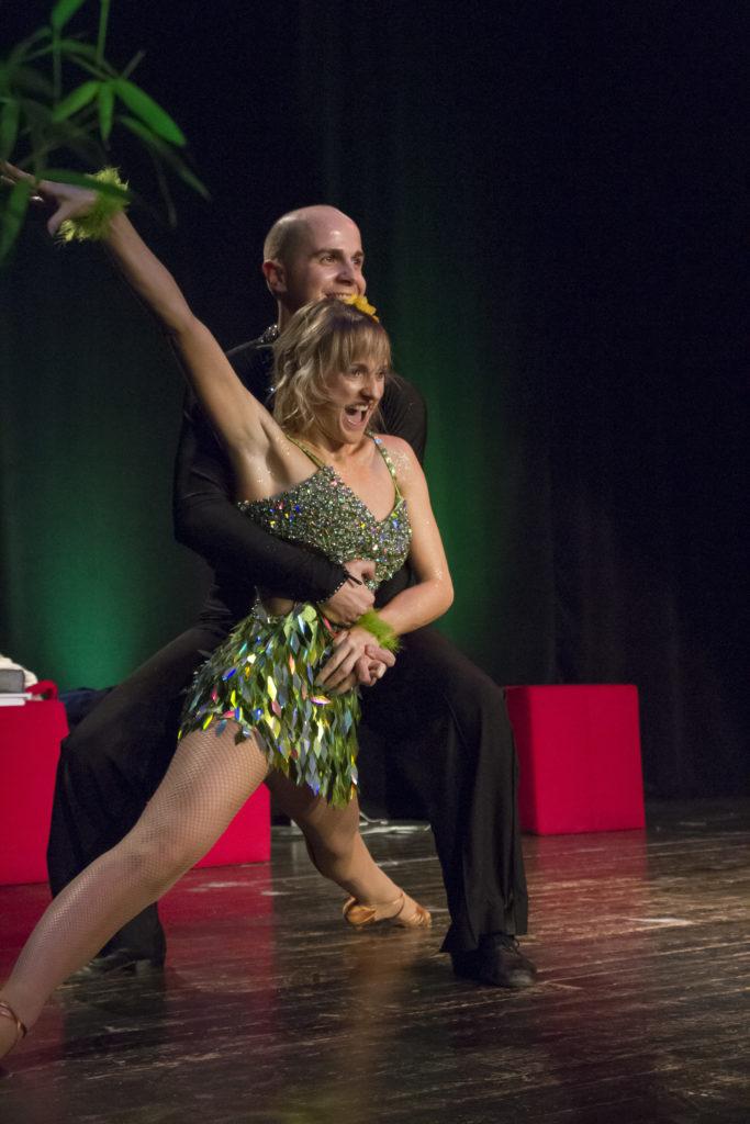 Cours de danses latines à Bordeaux et sa périphérie, pessac, talence, villenaved'Ornon. Nos professeurs de danse se déplacent chez vous. Des cours de danse sur-mesure, danse animation, danse événementiel,danse mariage, Danse entreprise, Danse seniors en Gironde. Tous niveaux.