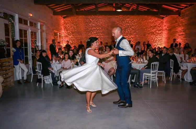 Viladanse donne des cours de danse à domicile pour des chorégraphies de danse mariage personnalisées. Ouverture de bal mariage à Bordeaux, l'apprentissage d'une ouverture de bal mariage moderne ou classique, une Valse mariage, à vous de choisir ! Votre professeur de danse particulier se déplace à domicile selon vos disponibilités, et autour de Bordeaux, Pessac, talence, Libourne, Bruges, Caudéran.