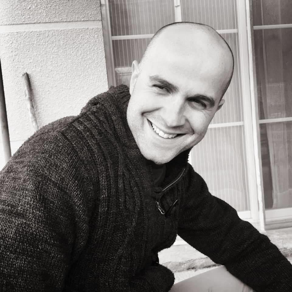 Guillaume, professeur de danses de salon à domicile Bordeaux gironde. Danse en entreprise, EHPAD, particuliers, animation de danse, et tous événements.