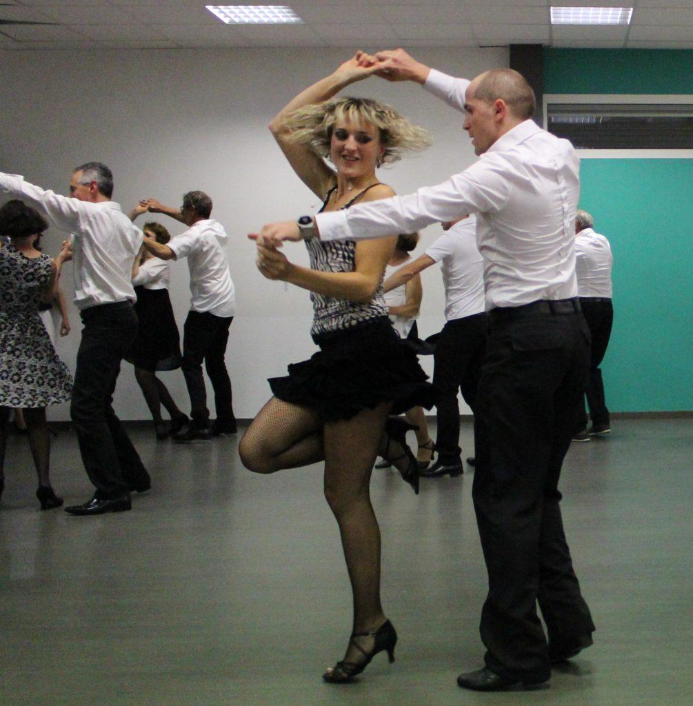Danser le rock en entreprise à Bordeaux, bègles et hors agglomération avec Viladanse et ses professeurs de danse de salon. Cours de danse, cours de rock pour teambuilding Gironde.