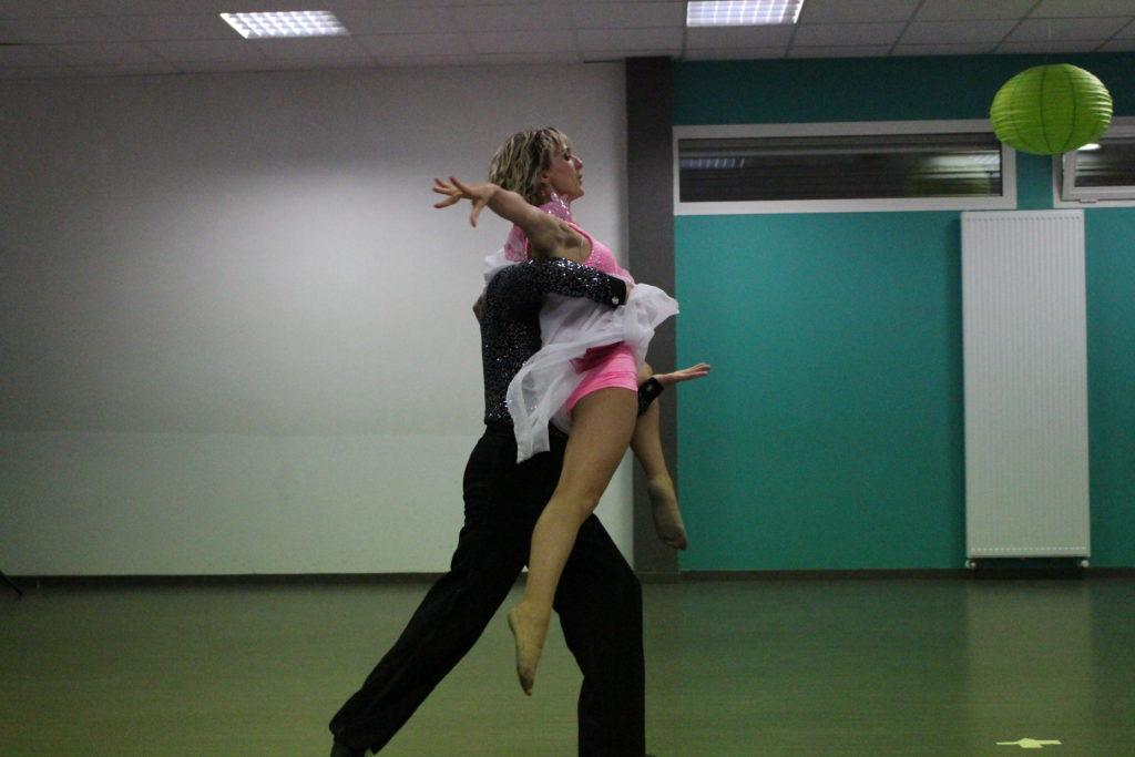 Cours de danses de salon, cours de danses latines, cours de danse à domicile à Bruges, Eysines, Mérignac, libourne. Danse mariage, danse entreprise, teambuilding danse, ouverture de bal de mariage, danse seniors, danse ehpad, animation ehpad, danse pour personnes âgées.