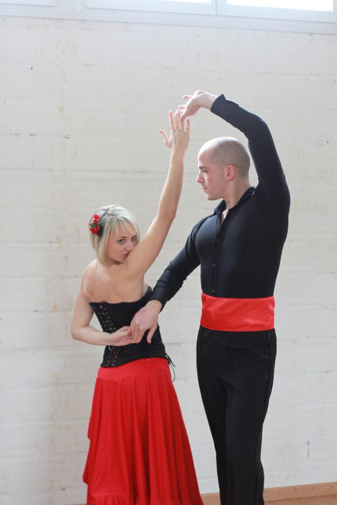 Pasodoble, professeurs de danse et danseurs professionnels à Viladanse à Bordeaux Gironde. Cours particulier à domicile, danse entreprise, danse ehpad, danse mariage Gironde.