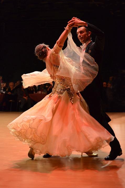 Viladanse donne des cours particuliers de valse en salle privée en Gironde. Cours de valse mariage, valse en animation danse entreprise, et valse seniors en ehpad à Bordeaux.