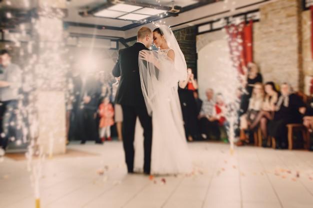 Cours de valse pour votre ouverture de bal de mariage, valse mariage, valse avec papa, apprendre la valse viennoise et la valse lente avec un professeur de danse à Bordeaux, pessac, talenca. Cours de danse à Bruges, mérignac, Bouliac. Danse à Domicile, -50% service à la personne.