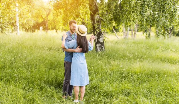 Viladanse vous assure, par son expérience, des cours de danse à Saint-André-de-Cubzac personnalisés et adaptés selon vos conditions physiques, mentales, vos besoins, vos objectifs, vos humeurs, votre niveaux, votre style. Tant de paramètres pris en compte pour des cours de danse sur-mesure à Saint-André-de-Cubzac. Vous êtes une personne âgée en quête d'une activité ludique et physique, ou des futurs mariés pour apprendre votre première danse de mariage. Qui que vous soyez, structures spécialisées, EHPAD, PME, Entreprise à la recherche de cours réguliers. Améliorez vos résultats et la cohésion de vos collaborateurs. Un grand nombre de prestations et de disciplines de danse de salon est proposé par Viladanse.