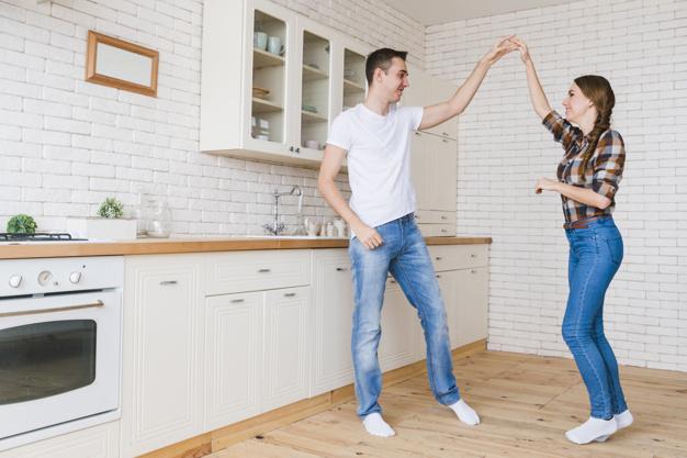 Cours de danse de salon à domicile à Mérignac, dans en entreprise à Bordeaux, Cohésion de groupe et danse entre collègues en Gironde, rock, salsa, danses latines, danses de couple à domicile.