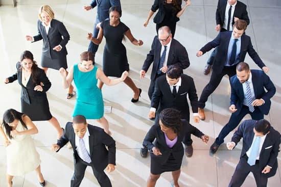 Animation de danse en entreprise, cours de danse en entreprise, cours de rock en entreprise à Bordeaux et sa périphérie. Nos professeurs de danse de salon se déplacent à Pessac, Léognan, gradignan, villenave d'ornon, Bruges, caudéran. Tous niveaux, flash-mob dansant, repas de valorisation.